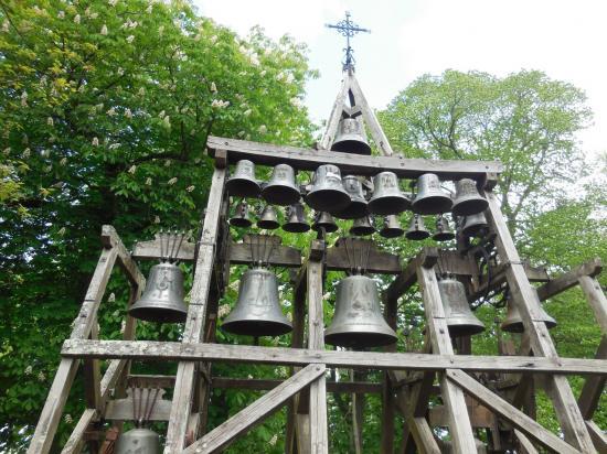 Les cloches à côté de la chapelle 2